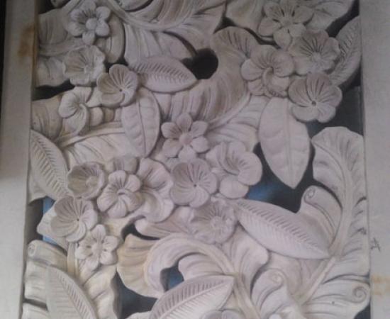 Relief ukiran motif bunga