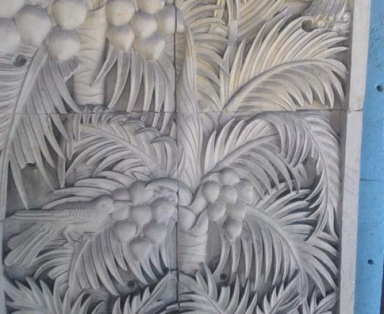Relief ukiran pohon kelapa