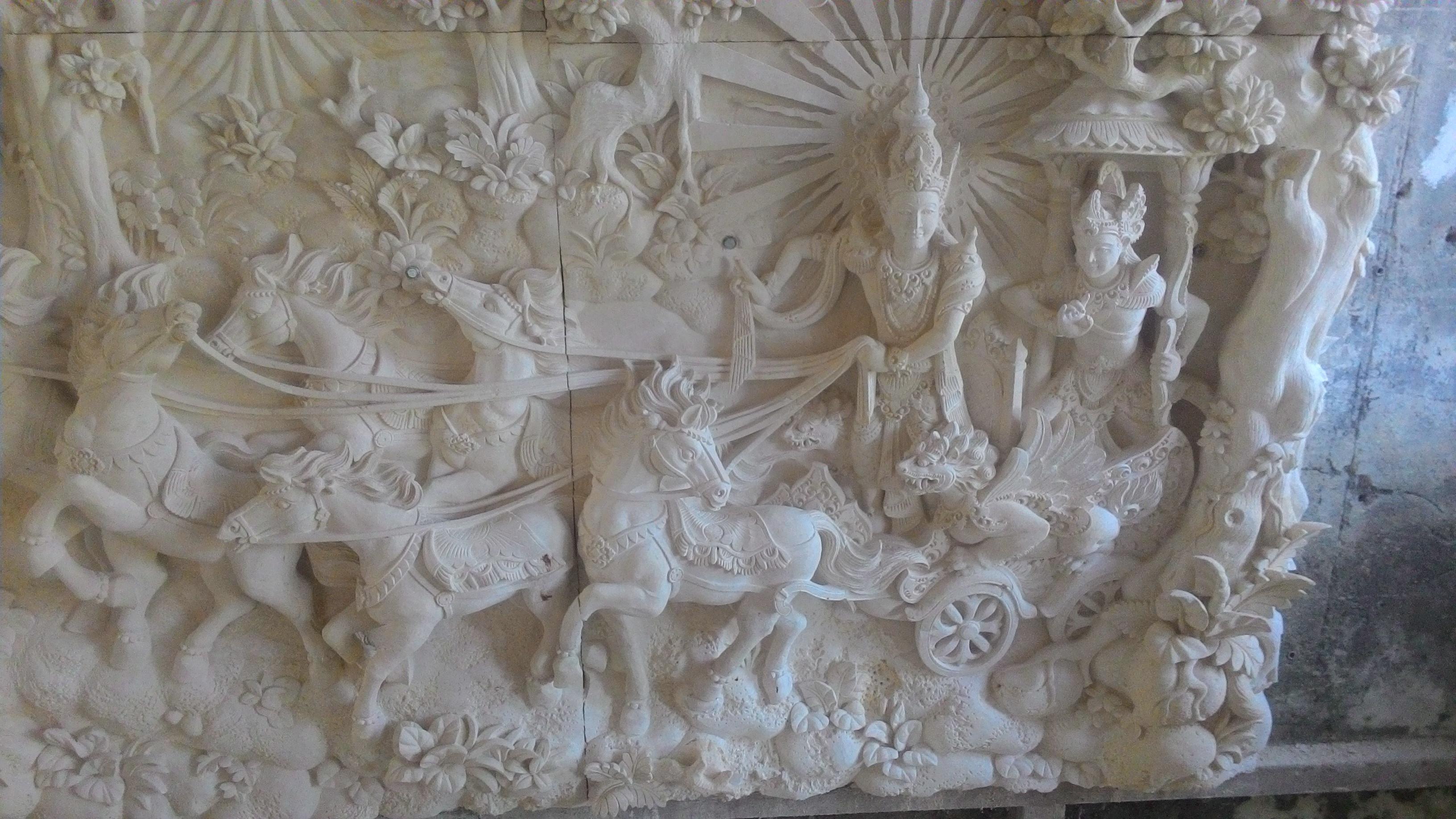 Relief ukiran motif mahabarata.