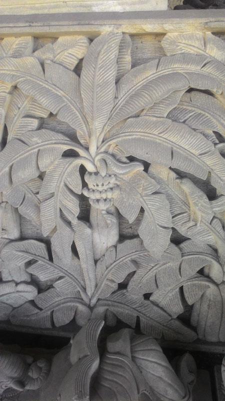 Relief ukiran pohon pisang